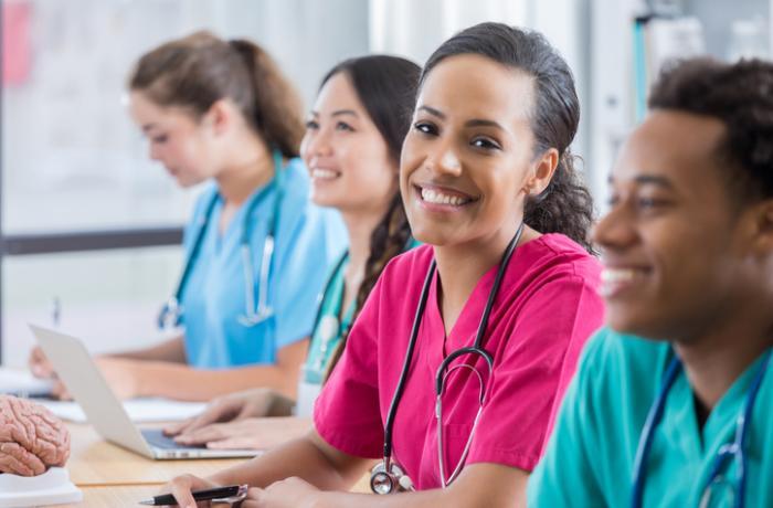 Quanto tempo dura o curso de técnico em enfermagem?